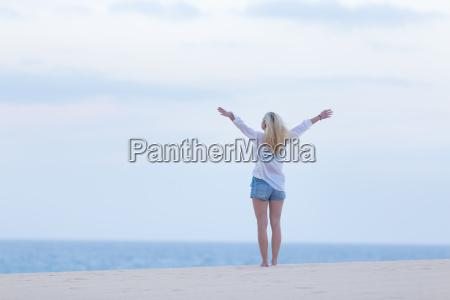 mujer libre disfrutando de la libertad