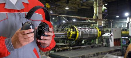 trabajador con auriculares protectores