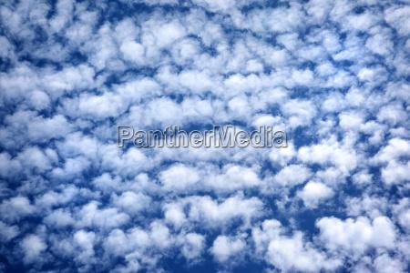 cielo nublado azul