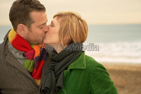pares que se besan en una