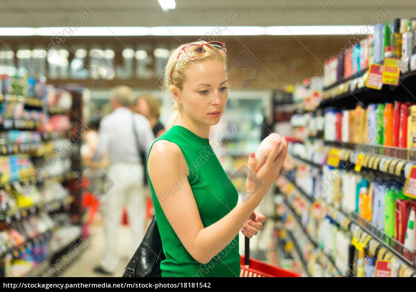mujer, comprando, productos, de, higiene, personal - 18181542