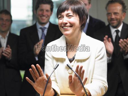 mujer risilla sonrisas sala de conferencias