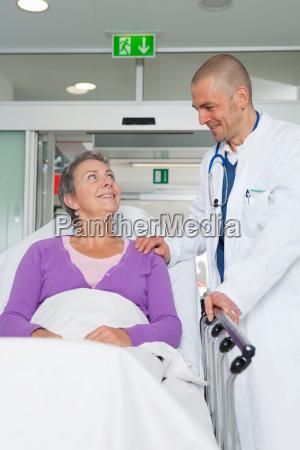 medico mujer risilla sonrisas consulta medicinal