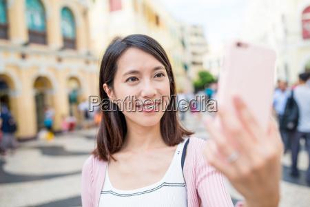 mujer usando el telefono movil para