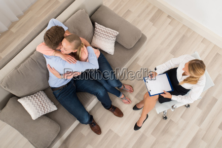 pares que se sientan en el