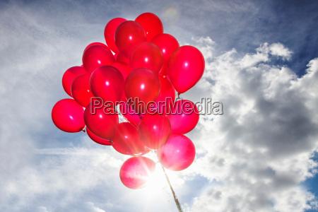 un monton de globos rojos en