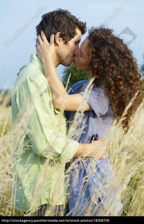 pareja, besándose, en, un, campo, de - 18308730