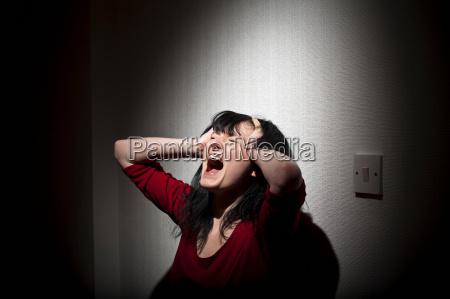 mujer gritando en interiores