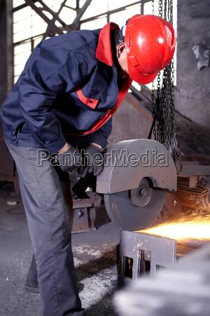trabajando en fundicion de hierro fundido