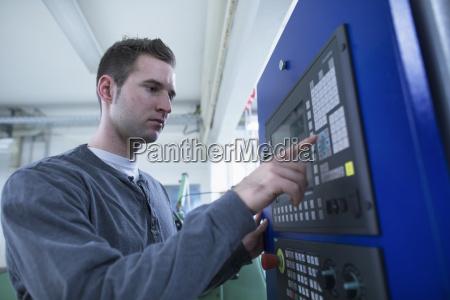 tecnico masculino joven usando el panel
