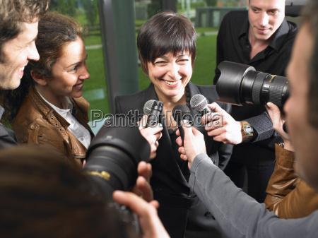 mujer risilla sonrisas entrevista logro comunicacion