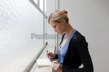 mujer perfil oficina libro escribir ventana