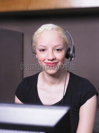 mujer, sonriendo, en, los, auriculares - 18480138