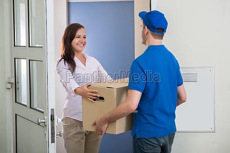 delivery man da paquete a la