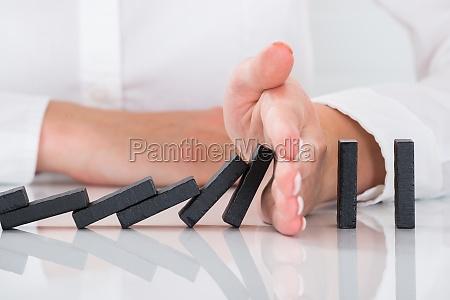 mano de la persona que detiene