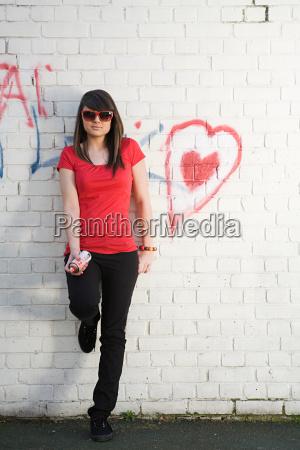 ciudad femenino retrato juventud pared crimen