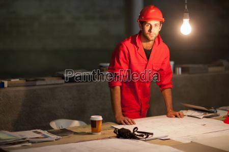 oficina escritorio masculino retrato oscuridad taza