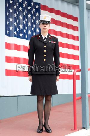 mujer falda retrato uniforme al aire