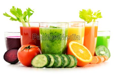 vasos con verduras organicas frescas y