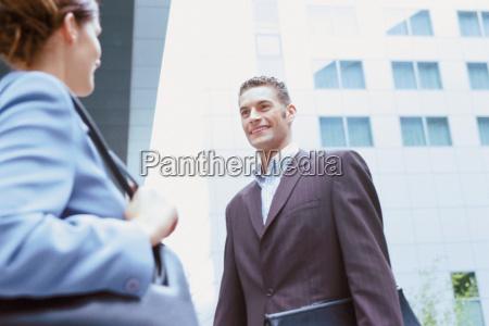 hombre, de, negocios, y, empresaria, hablando - 18730928