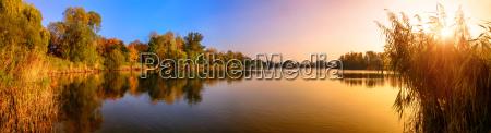 puesta de sol en un lago