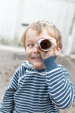 un ninyito con binoculares