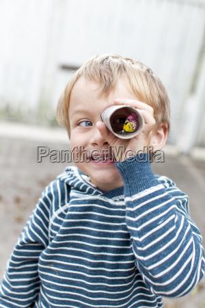 ninyo pequenyo con binoculares y schmettlering