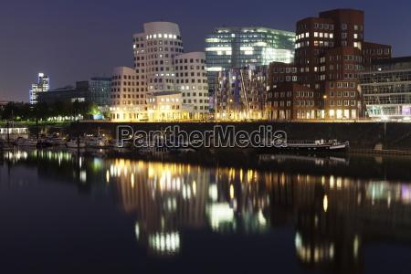 paseo viaje ciudad noche reflexion europa
