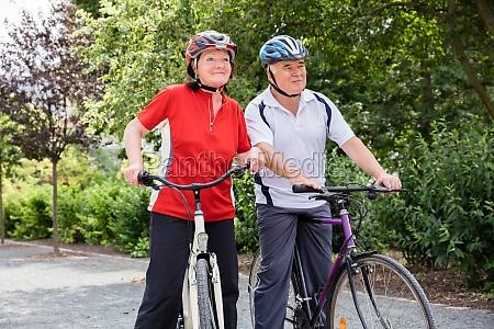 pareja de ancianos con sus bicicletas