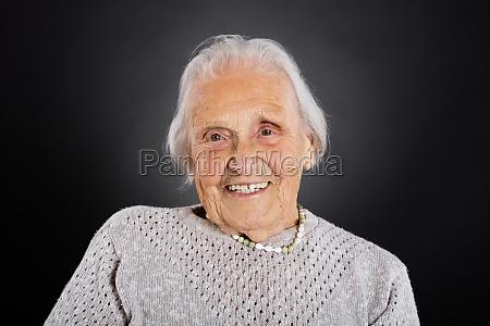 retrato de una anciana sonriente