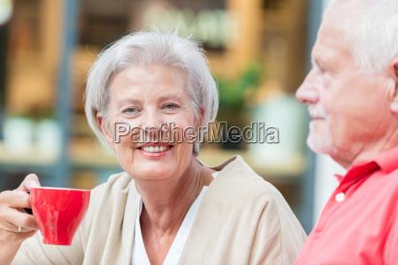 seniorer har en kop kaffe
