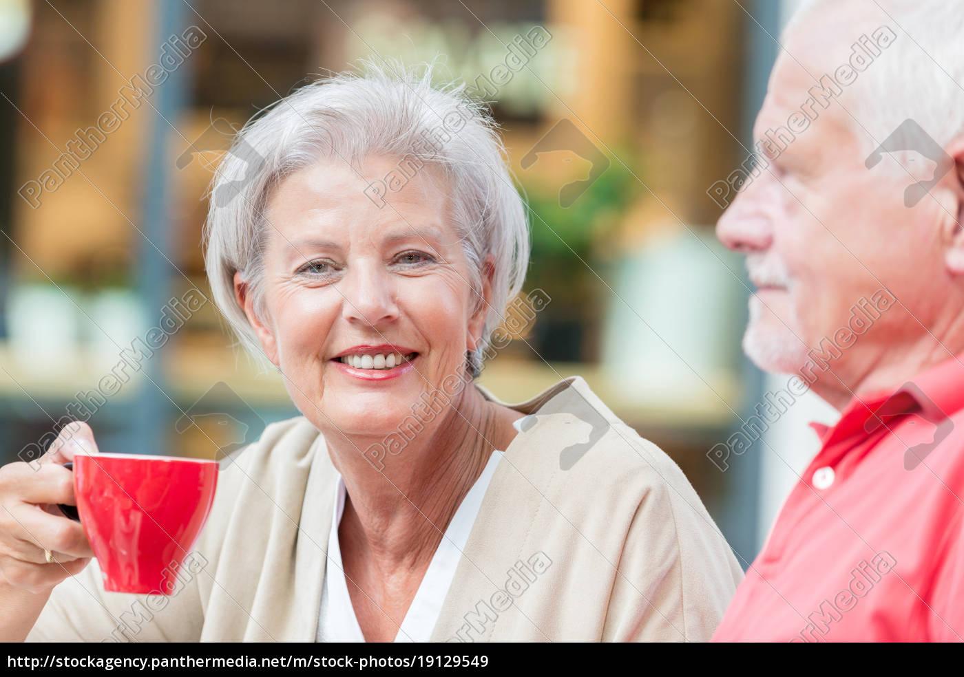 las, personas, mayores, beben, un, café - 19129549