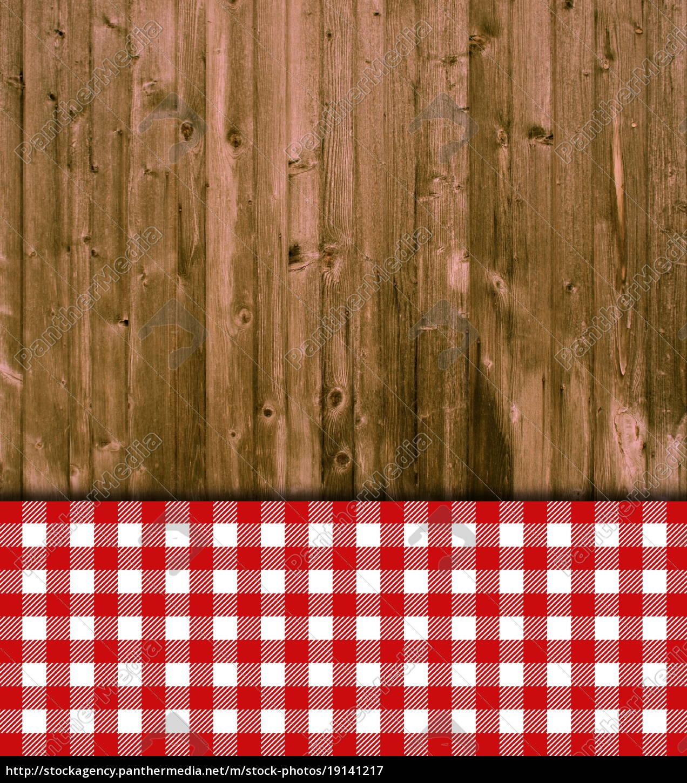 c6708518702 Royalty Free Imágen 19141217 - tableros de madera con mantel rojo blanco