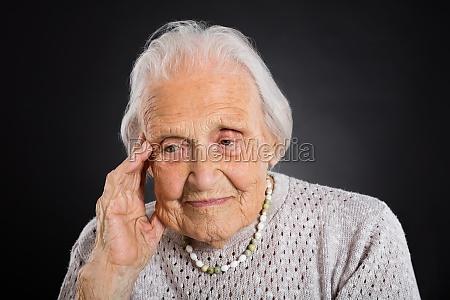 retrato de la mujer mayor pensativa