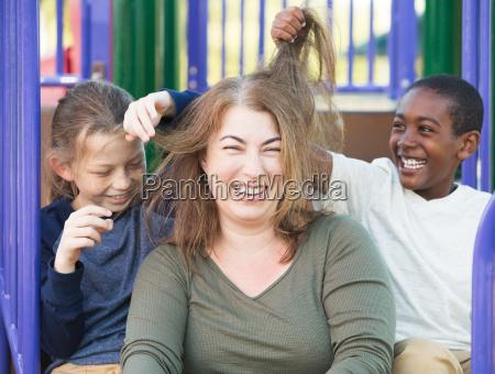 hijos jugando con el pelo de