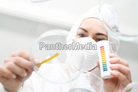 un quimico examina una muestra de