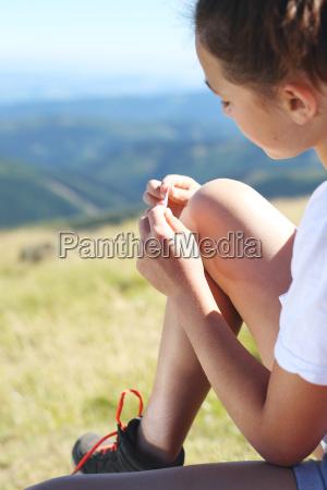rodilla rasurada un joven turista pegando