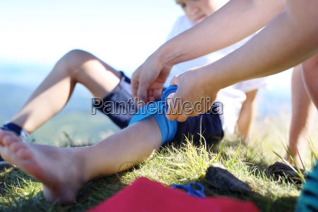 accidente versado cooperacion vendaje pierna ayuda
