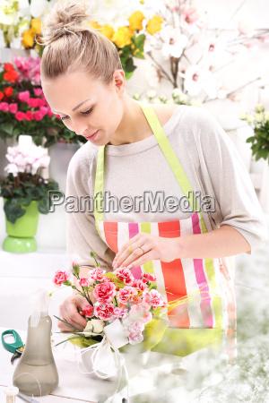 mujer cuidado ramo obrero empleado tiempos