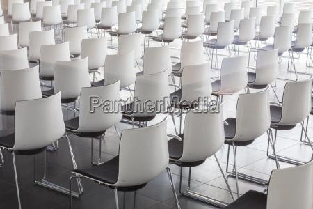 sillas blancas vacias en la sala