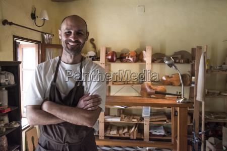 retrato de luthier sonriente en su