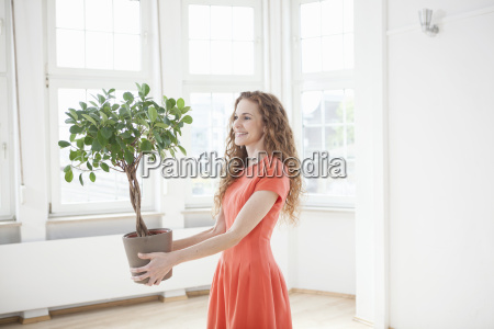 mujer sonriente planta de retencion en