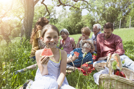 chica con sandia en un picnic