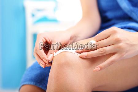 plaster of dressing the injured knee
