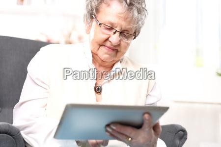 abuela y computadora una mujer mayor