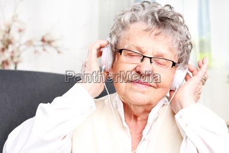 abuela escucha musica