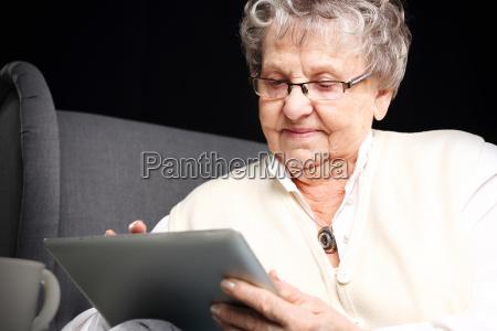 abuela y computadora mujer madura con