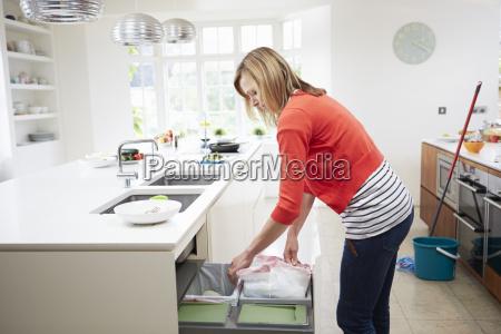 mujer de pie en la cocina