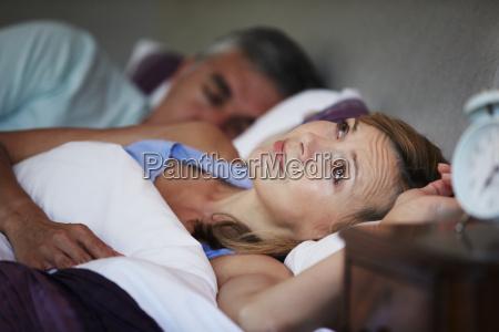 pareja en la cama con la