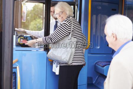 autobus de embarque para parejas senior